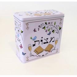 קופסא למצות פח עם מכסה רקע קרם